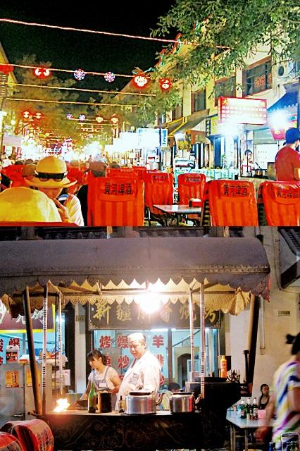 夜市到處都是風味小食,氣氛很好。這位是從新疆來的師傅,                  店舖名稱就叫「 新疆胖子燒烤」,真爽!
