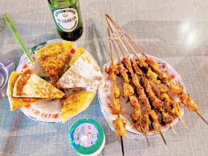 夜市的塞外美食:烤羊肉、披薩、酸奶與黃河啤酒。