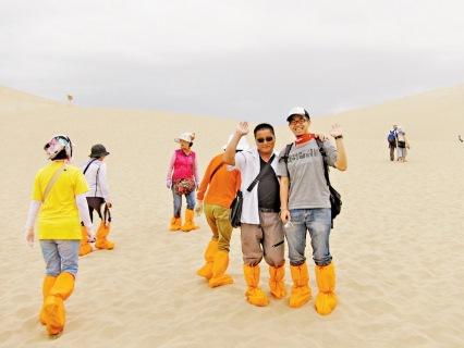 由於沙山難行,所以每一個人都會有一對橙色保護鞋。來自西北的大叔很熱情的告訴我們這裡的歷史。
