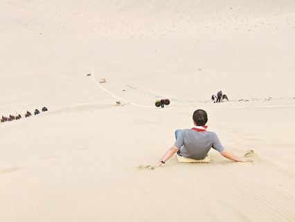 遊人正坐著飛碟,從幾十米高的沙山上滑下去。據說,「沙鳴晴嶺」是古代敦煌八大景之一。每年,敦煌會有一次大型滑沙節,上百名滑沙愛好者會從山頂順坡滑下,整個沙山會發出雷鳴般的巨響,五公里外的城內都能清晰的聽到。
